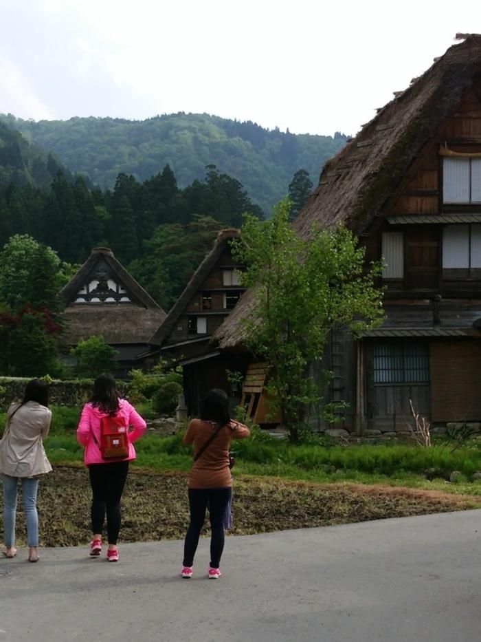 日本の昔話のような風景を見せる白川郷 ①