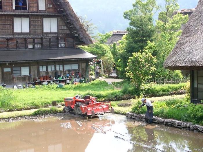 日本の昔話のような風景を見せる白川郷 ②