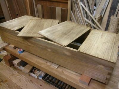 桐たんす修理、引き出し底板の割れ、底板を外して