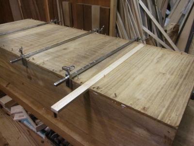 桐たんす修理、引き出し底板の割れ、底板を外して修復