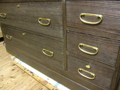 古色に再生した桐たんす、新しい真鍮磨き金具を付ける