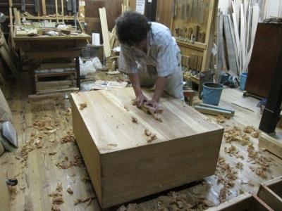 漆塗り直し、箪笥再生、木地調整、たんすの裏側も鉋掛け