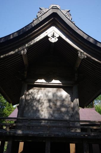 真後ろから見た久良彌神社本殿