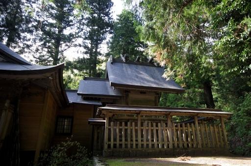 縄久利神社の本殿