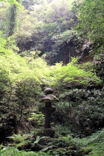 滝の前の灯籠