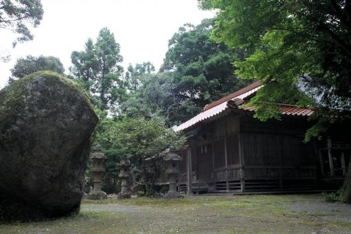 西生馬神社の境内