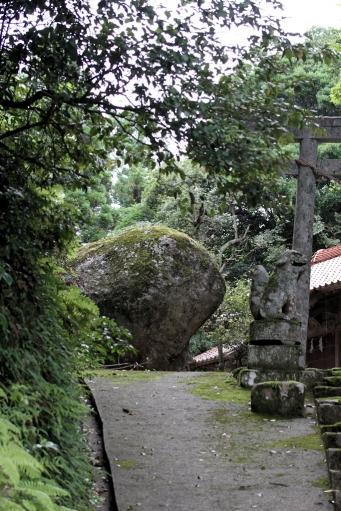 参道からみたプチ巨石