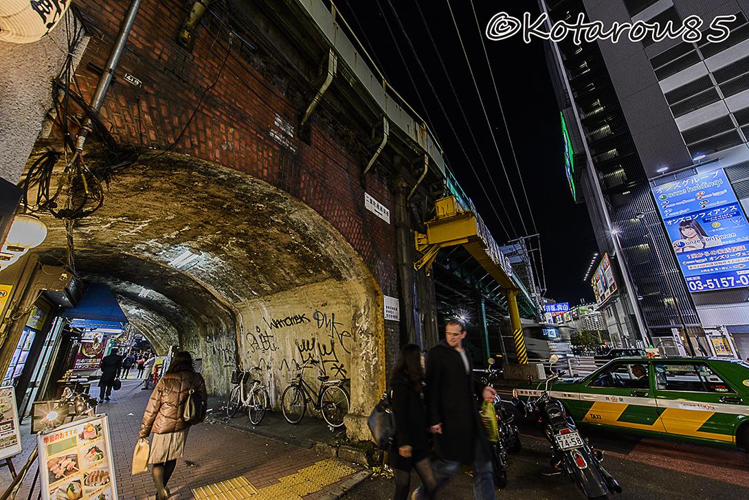 新橋ガード下に寒の戻り 20150324