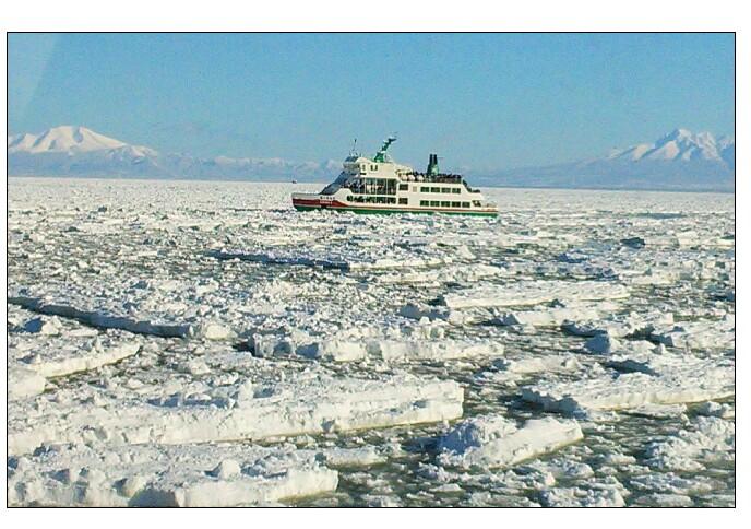 流氷砕氷船おーろらと 知床の山々