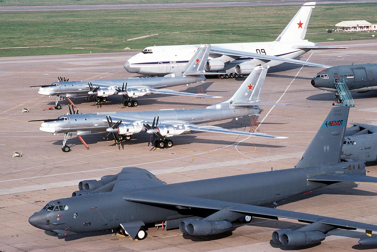 1280px-B-52__Tu-95.jpg