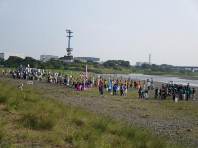 河原に人がいっぱい