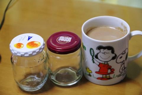 ジャム瓶とマグカップ