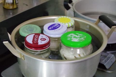 筍の水煮の瓶詰 脱気処理中