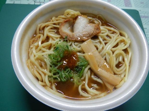 豚骨濃厚魚介醤油ラーメン@ローソン (2)