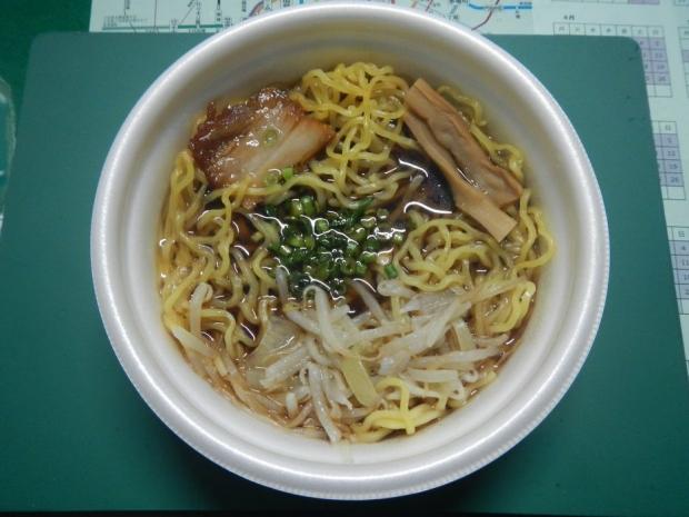 彩未醤油ラーメン@ローソン (2)