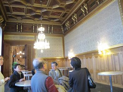 7k ウィーン市庁舎2F説明を受ける
