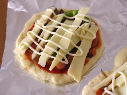 ホットケーキミックスで作る簡単ピザまいたけとソーセージの朝食ピザ06
