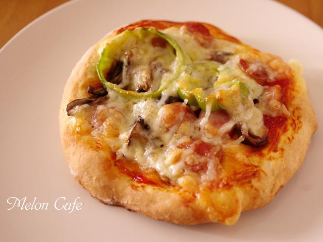 ホットケーキミックスで作る簡単ピザまいたけとソーセージの朝食ピザ