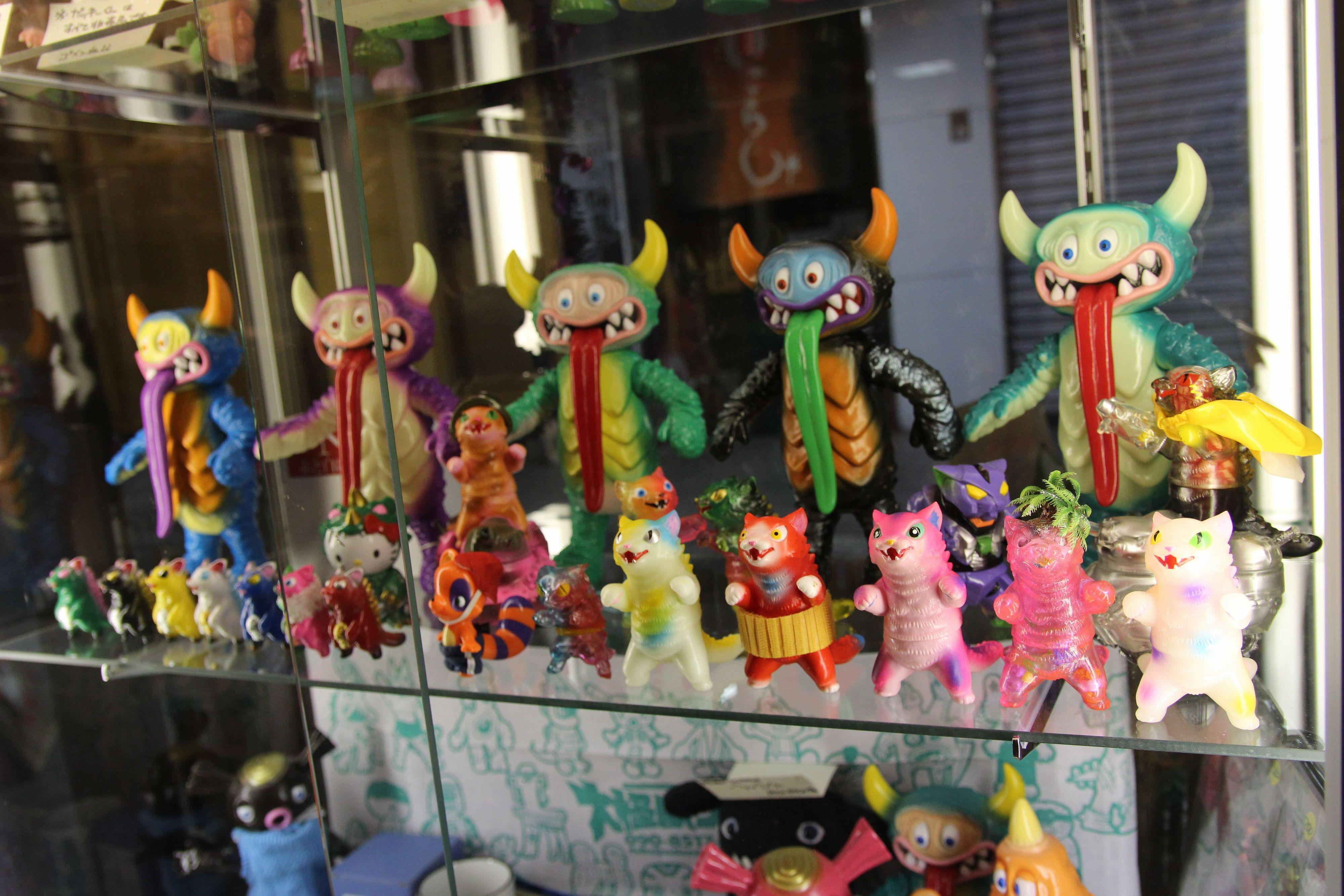 大怪獣サロン新装開店! 2015年4月9日の店内風景~怪獣好きの少年、英才教育を受ける!サンガッツ製ソフビをゲットできるガチャガチャ新登場!