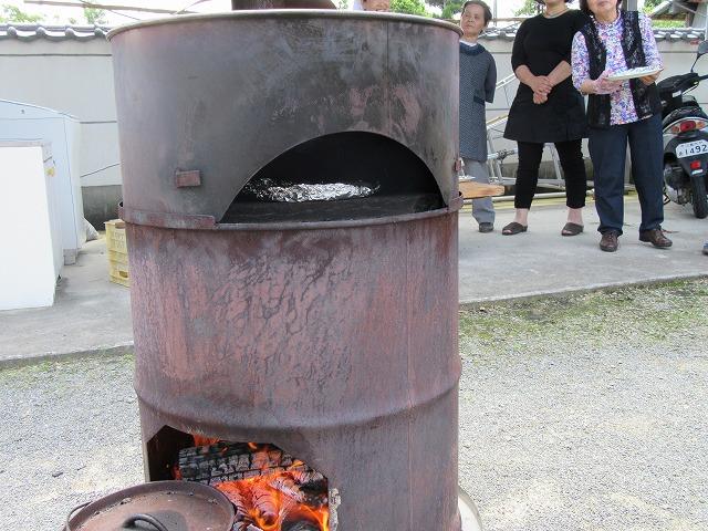 ピザ焼きの窯の焚口の前にも 27.6.21