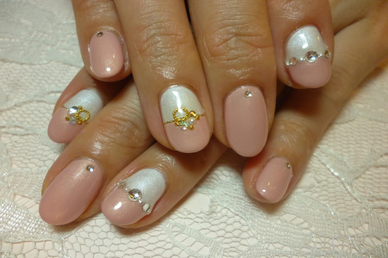 パールホワイト&ピンクのバイカラーネイル