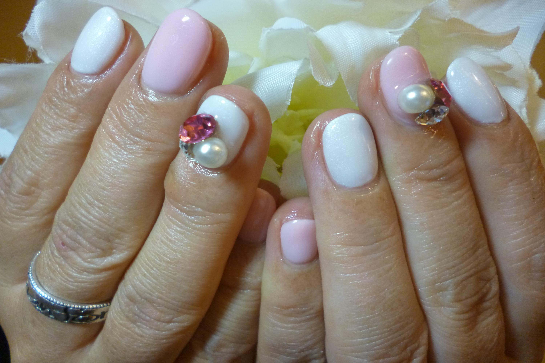 白×ピンクワンカラーネイル デカビジューストーンネイル