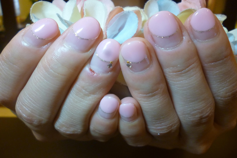 ベビーピンクの丸フレンチネイル