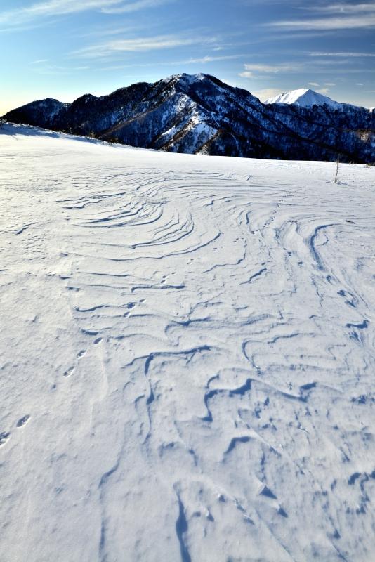 雪原の風紋と剣山・次郎笈 (徳島県)