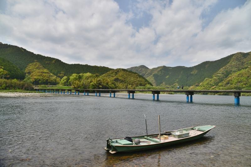 「川舟と沈下橋」  (高知県四万十川)