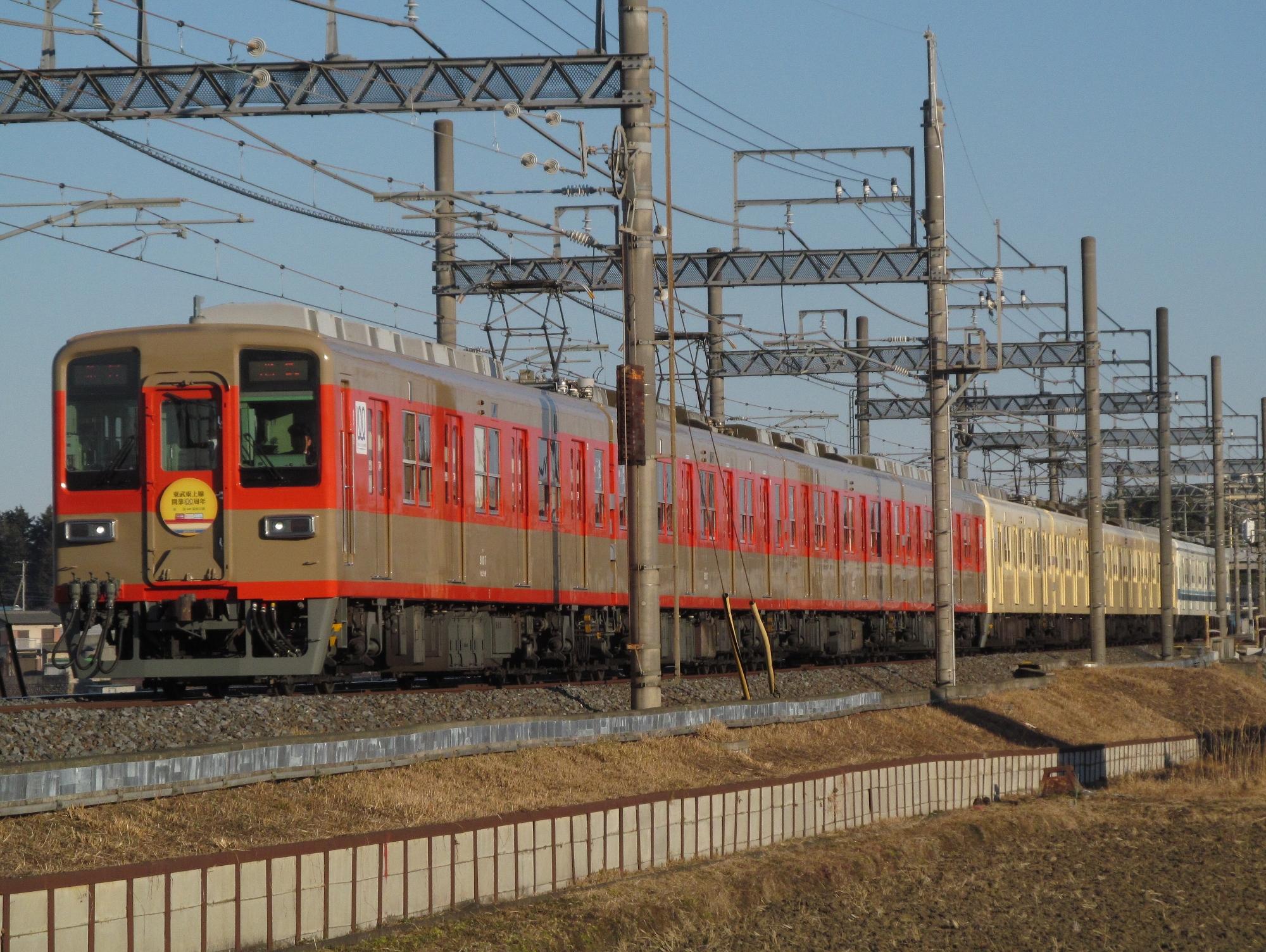 8000系 リバイバル塗装ツートンカラー (2000x1503)