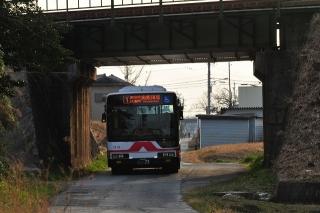 西尾跨道橋(西尾橋りょう)をくぐる名鉄バス
