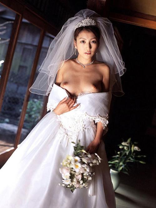 花嫁がドレス姿でおっぱい丸出し