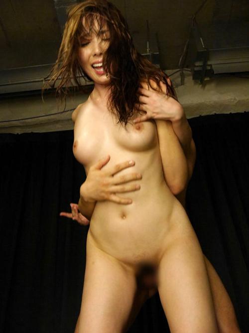 【立位エロ画像】自然な交尾の形なのかも…立ったままハメ合う激しいセックス(*゚∀゚)=3