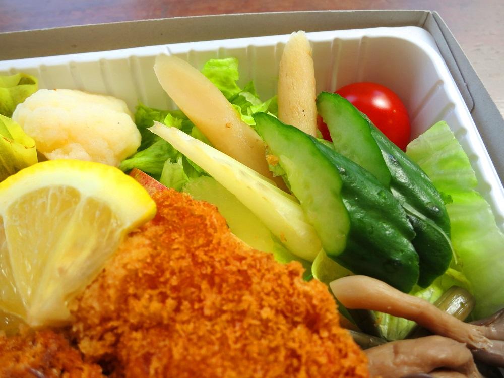 高原野菜とカツの弁当5
