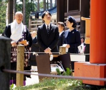 説明を聞かれる秋篠宮ご夫妻(高野山・壇上伽藍の三鈷の松前で