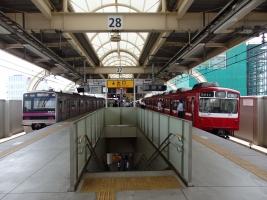 空港行と久里浜方面行とが分かれる京急蒲田
