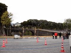 二重橋をぞろぞろと宮殿に向かいます。