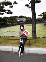 桔梗門をバックに国旗を持って記念写真(笑)。