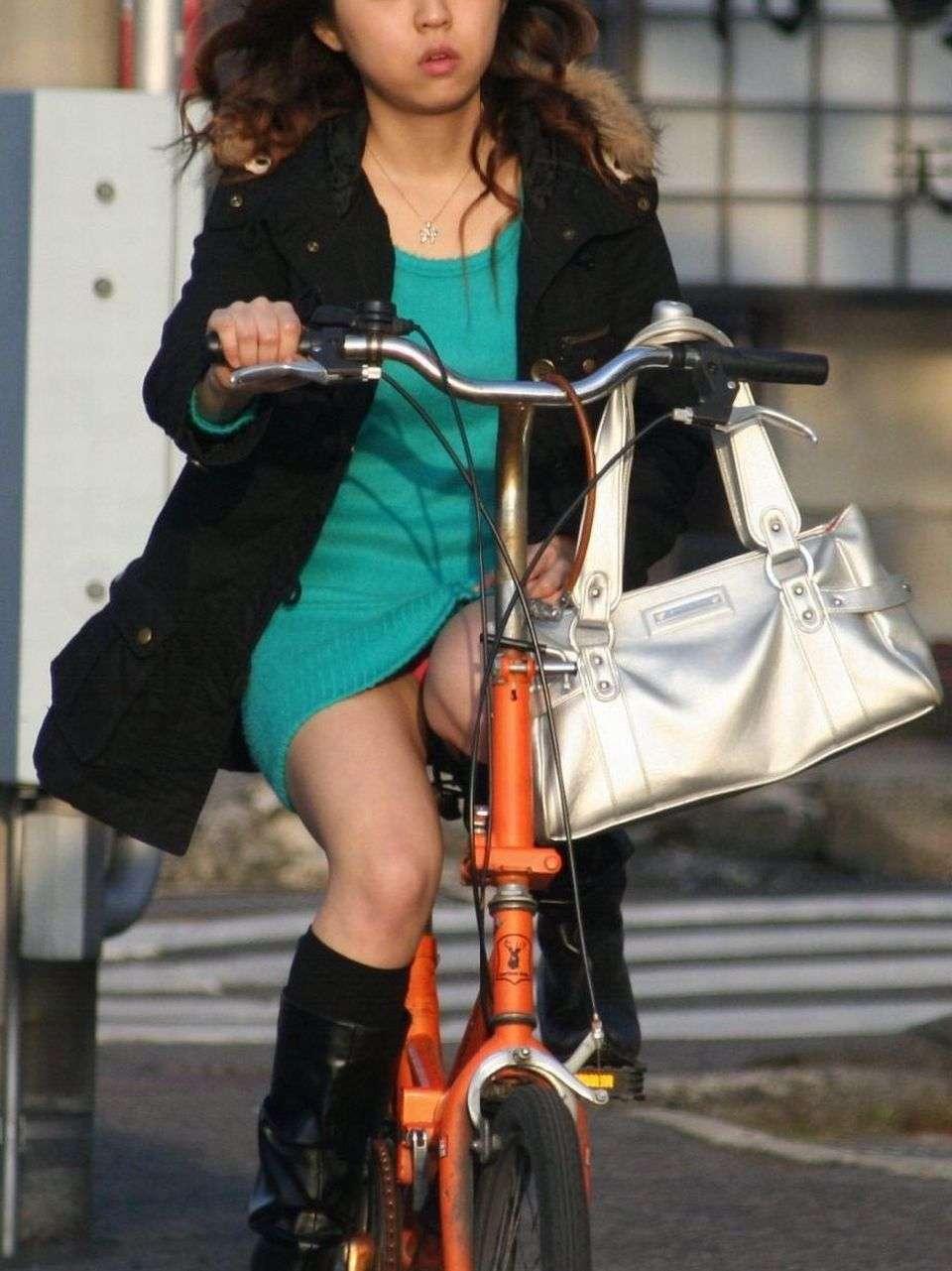 ミニスカで自転車乗って見えて ...