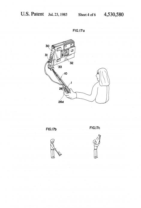 http://www.google.com/patents/US4530580 より、1985年ミノルタカメラの自撮り棒特許
