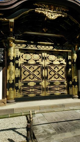 建長寺の金箔の扉