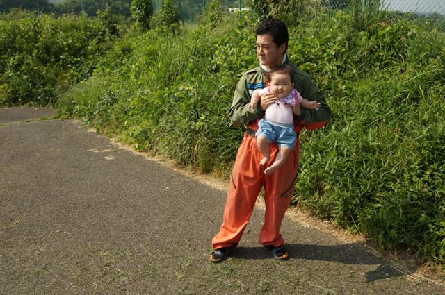 子供と俺。子供の着てる服はミスタールマンから頂いたルマンブティック。俺は、チャージマツダ