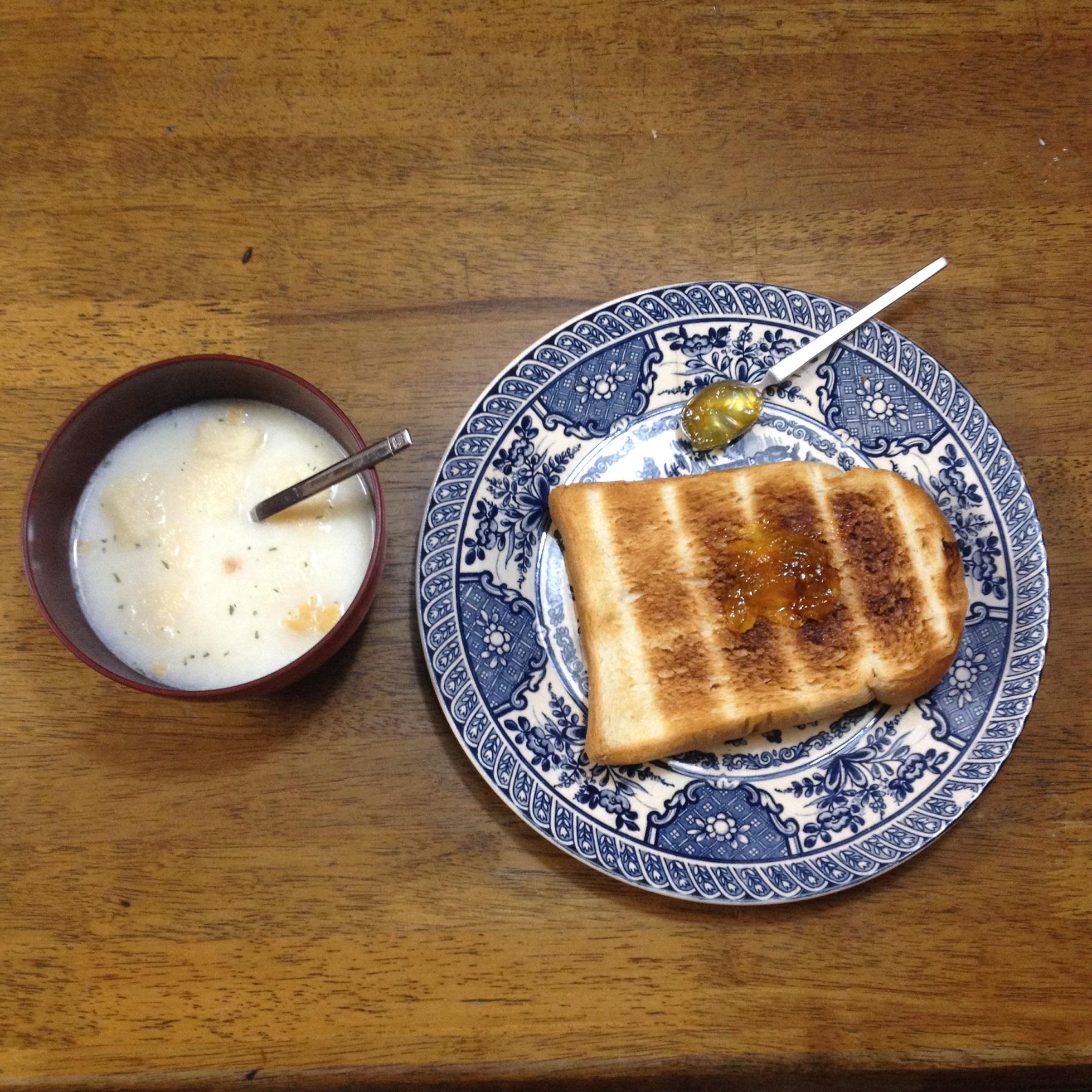 トースト、ママレード、コーンスープ