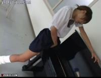 大人しそうな女子中学生が音楽室のピアノの角にオメコ擦り付ける