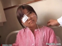 怪我で入院中の小学生に検査と偽り放尿プレイをする変態医師