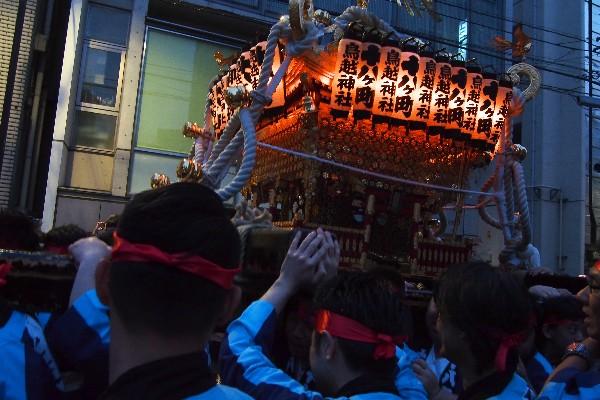 鳥越神社の例大祭 千貫御輿 町内を練り歩きます
