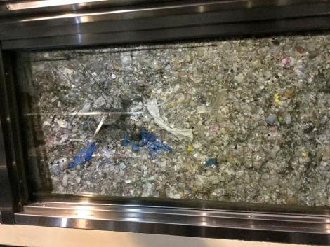 ゴミをかき混ぜる巨大クレーン