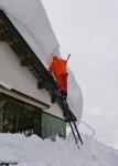 棚田の家の屋根の雪掘り