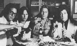 (左から )リバティ・ディヴィート、ダグ・ステッグマイヤー、リッチー・カナータ、ビリー・ジョエル(Columbia )