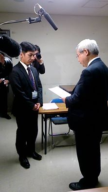 要望書を手渡す尾藤弁護士